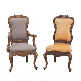 Silla y sillón. Siglo XX. En talla de madera. Con respaldos cerrados y asientos en tapicería color gris y mostaza.
