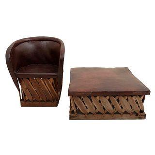 Equipal y taburete. Siglo XX. Estilo rústico. En talla de madera. Con respaldo semiabierto de mimbre y asientos tipo pielcolor marrón.