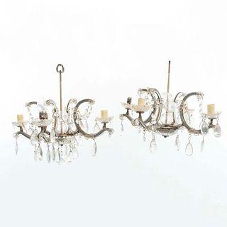 """Par de candiles. Siglo XX. En metal y cristal. Para 4 luces. Con arandelas florales, fustes compuestos y brazos en """"C"""". 56 x 59 cm."""