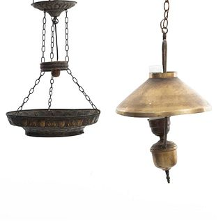 Lote de 2 lámparas de techo. SXX. Diferentes diseños. En latón y metal. Para una luz. Una decorada con cartelas. 55 x 34 cm (mayor)