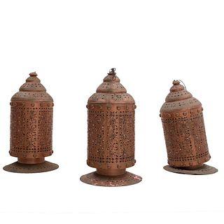 Lote de 3 lámparas de techo. Siglo XX. Estilo marroquí. Elaboradas en latón. Para una luz. Decoradas con elementos calados. 90 x 32 cm