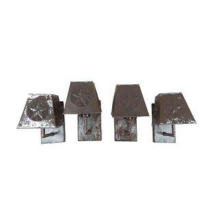 Lote de 4 arbotantes. Siglo XX. Elaboradas en metal pulido. Electrificadas para una luz. Con pantallas trapezoidales. 26 x 16 x 18 cm