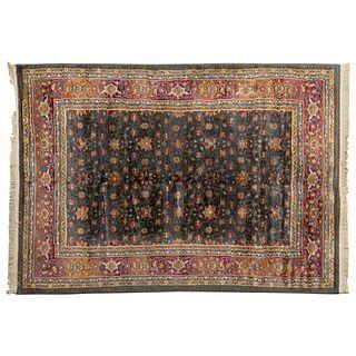 Tapete. Siglo XX. Elaborado en fibras de lana y algodón. Decorado con elementos vegetales, florales y orgánicos.