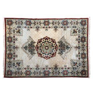 Tapete. Persia. Siglo XX. Estilo Tabriz Imperial. Anudado en fibras de lana y algodón. Decorado con rosetón central.