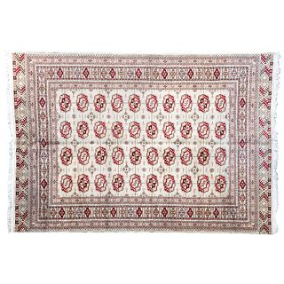 Tapete. Siglo XX. Estilo Bokhara. En fibras de lana y algodón. Decorado con motivos geométricos sobre fondo beige.