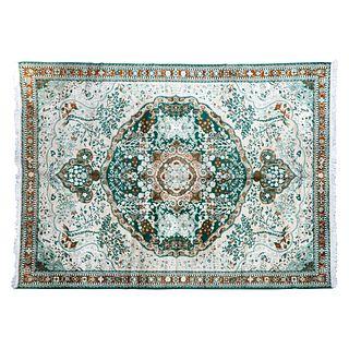 Tapete. Siglo XX. Estilo Mashad. Elaborado en fibras de lana y algodón. Decorado con medallón central.