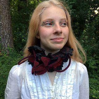 Ruffled Silk and Wool Collar - Black & Red