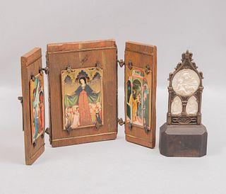 Lote de 2 artículos religiosos. Siglo XX. Elaborados en madera, metal y marfilina. Consta de: tríptico y retablo miniatura.