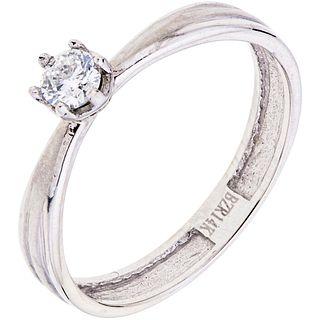 SOLITAIRE DIAMOND RING. 14K WHITE GOLD