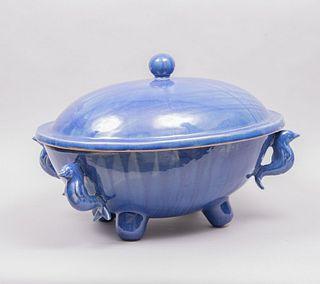 Molera. México, siglo XX. Diseño de marranito. Elaborada en cerámica azul estannífera con tapa y agarradera boleada.
