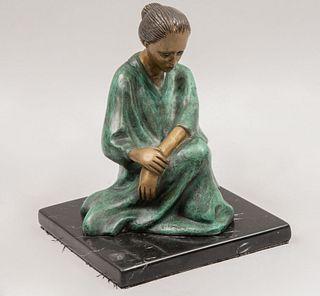 Mario Alberto Villarreal (México siglo XX). Mujer meditando. Firmada. Fundición en bronce patinado 19/25. Con base de mármol.