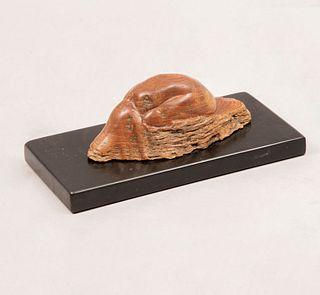 Ruth Villaseñor. Sin título. Sin firmar. En talla de madera. Con base de cerámica color negro. Con certificado. 6 x 6 x 13 cm