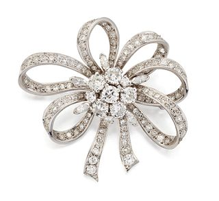 A MID 20TH CENTURY DIAMOND BROOCH, the central round brilli
