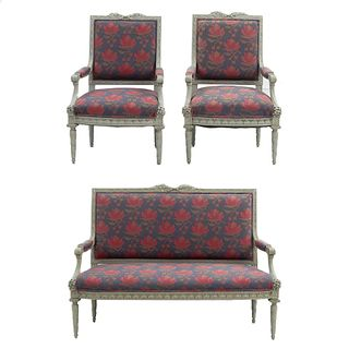 Sala. Siglo XX. Diseño rectangular. Estructura de madera. Consta de: Canapé y 2 sillones. Con respaldos cerrados.