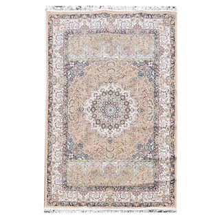 Tapete. Siglo XX. Estilo mashad. Elaborado en fibras de lana y algodón. Decorado con medallón central sobre fondo beige.  200 x 300 cm.