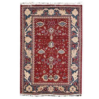 Tapete. Siglo XX. Estilo turcomano. Elaborado en fibras de lana y algodón. Decorado con motivos geométricos y florales.  215 x 150 cm