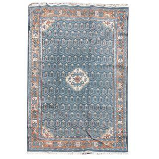 Tapete. Siglo XX. Estilo Sarough Sherkat Farsh. Elaborada en fibras de lana y algodón. Decorado con aves.  235 x 335 cm.