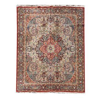 Tapete. Siglo XX. Estilo mashad. Elaborado en fibras de lana y sintético. Decorado con motivos florales y medallón. 240 x 192 cm