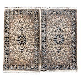 Par de tapetes para pie de cama. Siglo XX. Estilo mashad. Elaborados en fibras sintéticas. Decorados con medallon central. 155 x 96 cm