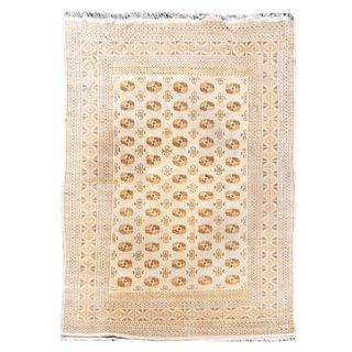 Tapete. Siglo XX. Estilo Bokhara. Elaborado en fibras de lana y algodón. Decorado con motivos geométricos sobre fondo beige.