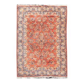 Tapete. Siglo XX. Estilo tabriz. Elaborado en fibras de lana y algodón. Decorado con motivos vegetales, florales y orgánicos.