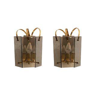 Par de arbotantes. Siglo XX. Elaboradas en metal dorado. Para 3 luces. Con pantallas de vidrio biselado. 28.5 x 21 x 16 cm