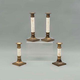 Lote de 4 candeleros. Siglo XX. Elaborados en metal dorado. Con arandelas circulares y fustes con aplicaciones de concha nácar.