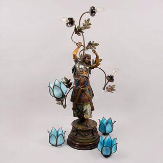 Lámpara de mesa. Origen europeo, siglo XX. Estilo Art Nouveau. Fundición en antimonio patinado con base de madera. Para 4 luces.
