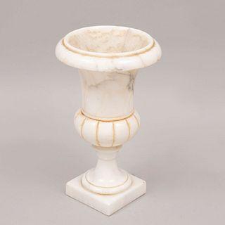 Lámpara de mesa. Italia. Siglo XX. Diseño a manera de copón. En talla de mármol blanco jaspeado. Electrificada para una luz.