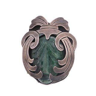 Pendiente prendedor con jadeita en plata .925. Mascarón en jadeita. Circa 1950. Peso: 31.5  g.