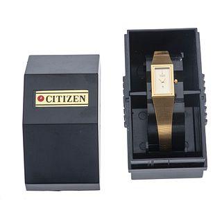 Reloj Citizen. Movimiento de cuarzo. Caja rectangular en acero dorado. Carátula color amarillo. Pulso acero dorado. Estuch...