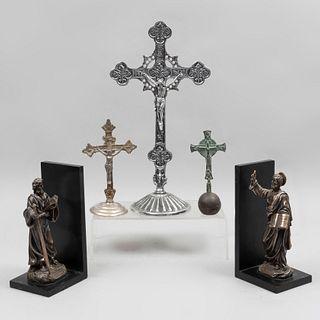 Lote de artículos decorativos sacros. Siglo XX. Elaborados en pewter, antimonio, bronce y resina. Piezas: 5