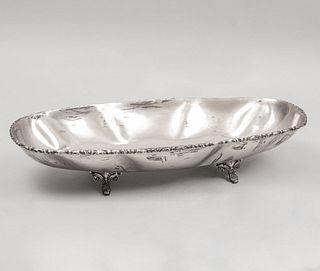 Centro. México, siglo XX. Diseño oval. Elaborado en plata Sterling Ley 0.925. sellado R.J. Peso: 718 g