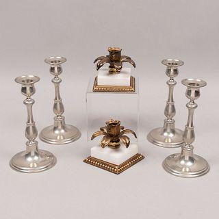 Lote de 6 candeleros. Siglo XX. Diferentes diseños. En pewter Selangor, metal dorado y mármol blanco. Unos con arandelas florales.