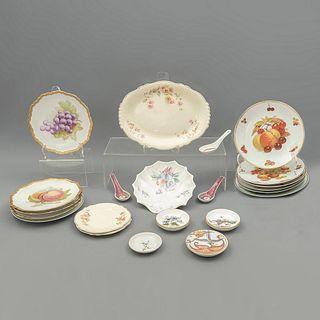 Lote de 22 platos y platones. Diferentes orígenes y marcas. Siglo XX. Elaborados en porcelana, algunos de Bavaria.