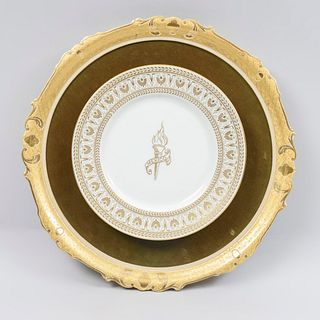 Plato conmemorativo de las Olimpiadas en México. Francia, Ca. 1968. Elaborado en porcelana Sevres. 26 cm de diámetro.