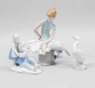 Lote de 3 figuras decorativas. Alemania y España. SXX. Elaboradas en porcelana, una Bavaria. Marca Lladró y Gerold & Co.