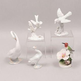 Lote de 5 aves. Diferentes orígenes. SXX. En porcelana. Algunos marca Royal Adderley, Lladró y Ardalt. Consta de: colibrí, otros.