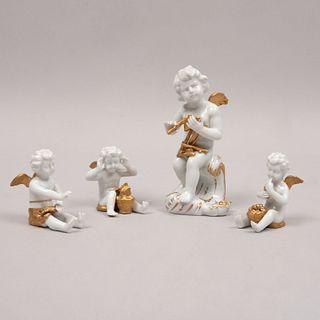Lote de 4 amorcillos. Italia. Siglo XX. Elaborados en porcelana Capodimonte. Uno sentado sobre rocalla. Decorados con esmalte dorado.