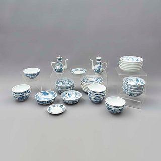 Servicio abierto de vajilla. China. Siglo XX. En porcelana. Consta de: 2 jarras para sake ,2 platos base, 12 platos, otros. Piezas 3.