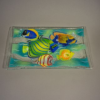 Peggy Karr. Charola de cristal fusionado con peces / Fused glass tray with fish decoration