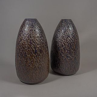 Pedro Saviñón. Par de bases para lámparas de mesa en cerámica de alta temperatura color café / Pair of brown high temperature ceramic table lamp bases