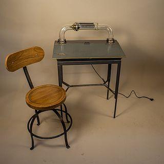 Víktor Martínez. Escritorio estilo Industrial de acero con lámpara y silla / Industrial style desk with lamp and chair