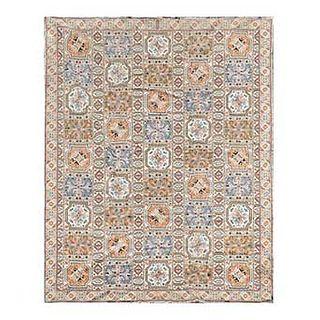 Tapete. Siglo XX. Estilo Cuatro Estaciones. Diseño casetonado. Anudado a mano en fibras de lana y algodón. 310 x 386 cm.