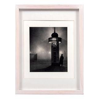 """GYULA HALÁSZ """"BRASSAÏ"""" """"A Morris Pillar, Paris"""" Huecograbado Enmarcado Impreso en Francia, Ca. 1930 21.5 x 17.5 cm"""