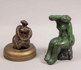 Lote de 2 esculturas. Anónimas. Figuras femeninas antropomorfas. Fundición en bronce. Con base de piedra y madera.