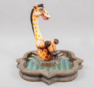 Carlos Albert. Siglo XX. Escultura de jirafa en fuente. Firmada. En resina policromada y acrílicos moldeados, seriada 15 / 150.