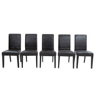 Lote de 5 sillas. Siglo XXI. En talla de madera. Con respaldos cerrados y asientos en polipiel color marrón.