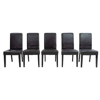 Lote de 5 sillas. Siglo XXI. En talla de madera. Con respaldos cerrados y asientos en polipiel color marrón, fustes y soportes rectos.