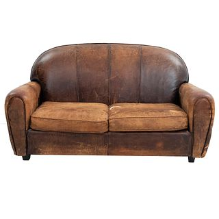 Loveseat. Estados Unidos. Siglo XXI. Estructura en madera tallada. Marca Ralph Lauren. Tapizados en piel color marrón.